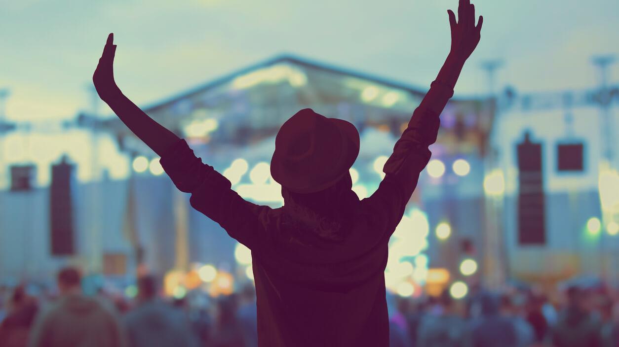 Bewusstlosigkeit bei Großveranstaltungen: Junge Frau feiert in Menschenmenge auf einem Festival