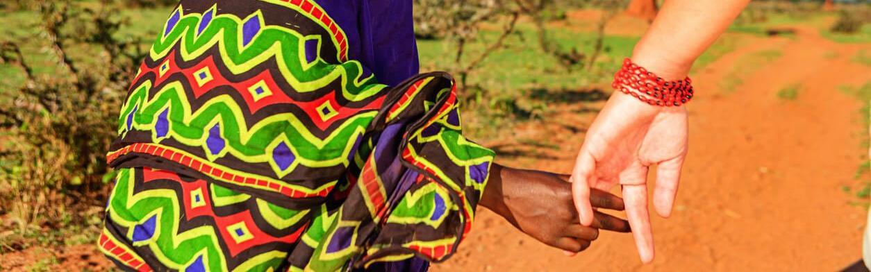weltwrts junge frau nimmt afrikanisches kind an die hand und luft auf der strae - Weltwarts Bewerbung